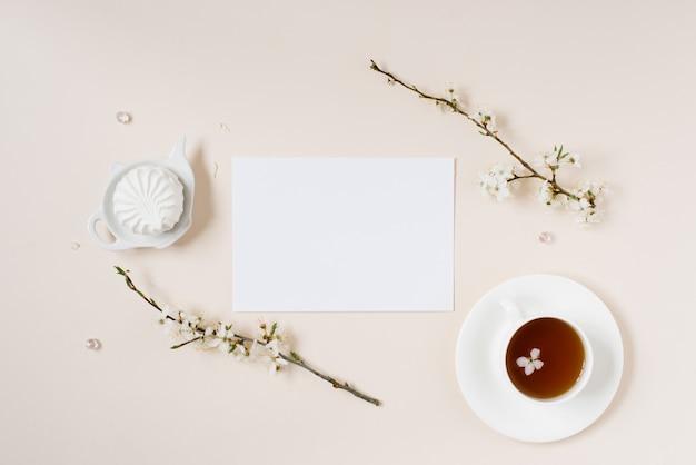 Liste de souhaits pour les plans futurs. composition à plat avec des fleurs, bloc-notes