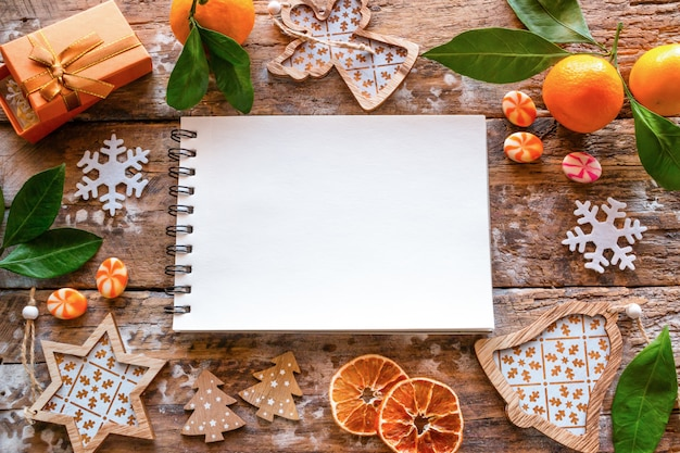 Liste vide des souhaits et du cadre des décorations de noël et de la mandarine