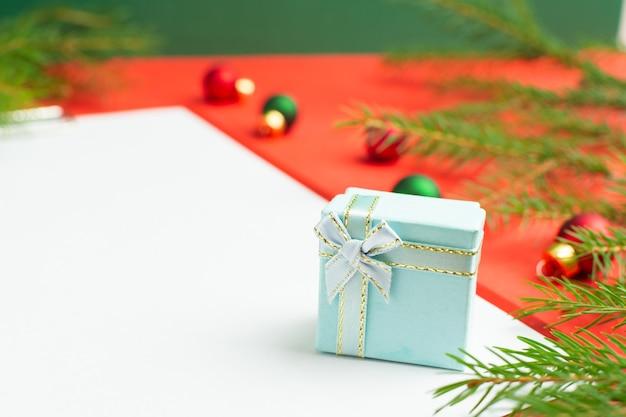 Une liste de vœux de noël à côté de plusieurs petits cadeaux