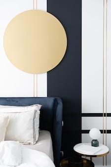 Lit d'angle en velours bleu marine avec des oreillers moelleux décorés avec un mur de peinture circulaire en acier inoxydable et bleu marine