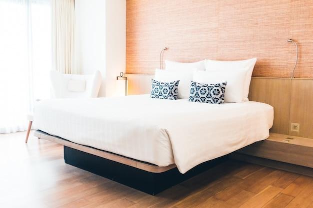 Lit double avec des oreillers