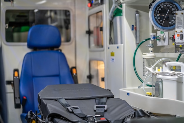 Lit d'hôpital de secours avec des fournitures médicales