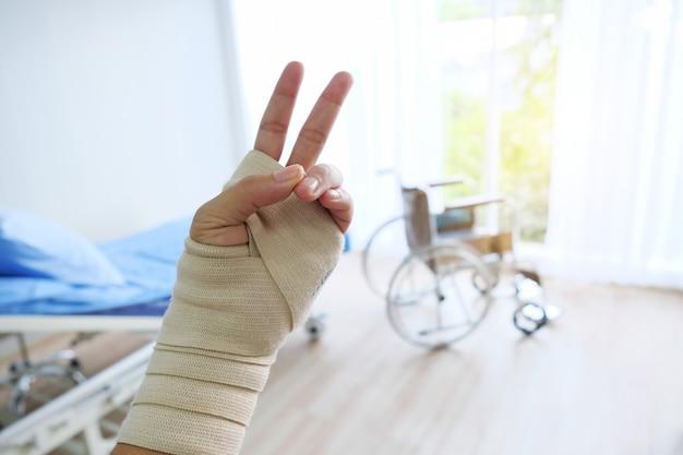 Le lit de patient en fauteuil roulant est dans la salle d'hôpital.