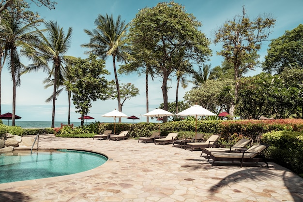 Lit piscine autour de la piscine dans la station de l'hôtel