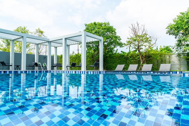 Lit piscine avec piscine extérieure dans hotel et resort