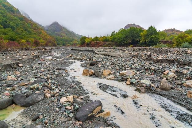 Lit de rivière de montagne en saison d'automne