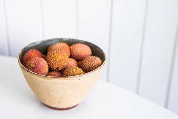 Litchi dans un bol en céramique