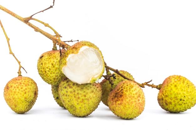 Litchi frais avec feuilles isolé sur fond blanc