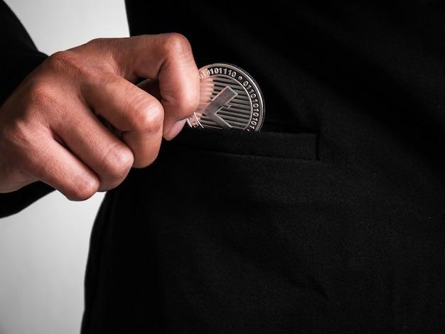 Un litecoin d'argent a été placé dans le costume noir.