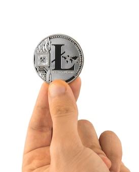 Litecoin dans des mains masculines isolées sur fond blanc, photo de concept de paiement de crypto-monnaie