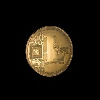 Litecoin sur fond noir. argent électronique isolé