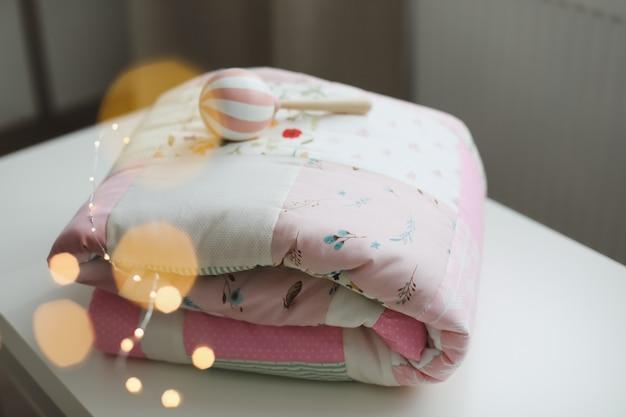 Literie bébé lit bébé confortable avec couverture patchwork rose