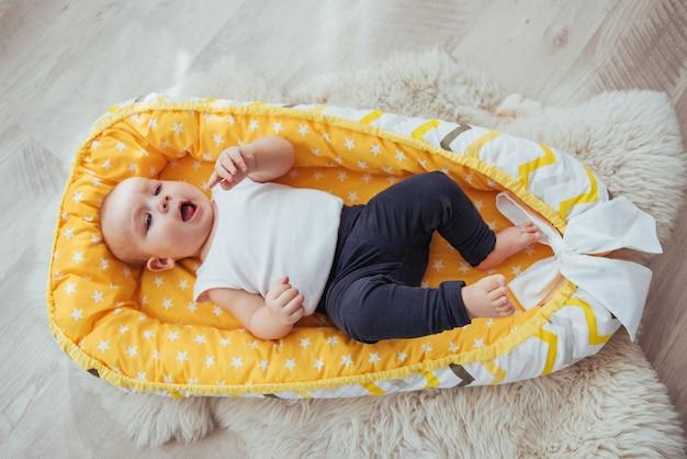 Literie pour enfants. le bébé dort dans son lit. un petit bébé en bonne santé