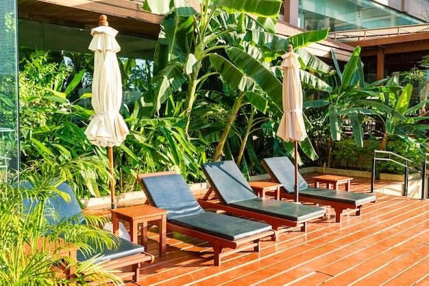 Lits de piscine vides autour de la piscine avec parasols