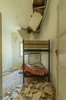 Lits superposés dans une pièce en ruine