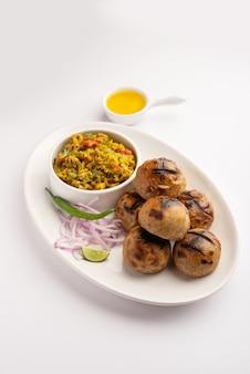Litti chokha, est un repas complet originaire de l'état indien du bihar. populaire dans le jharkhand et l'uttar pradesh. servi dans une assiette avec desi ghee