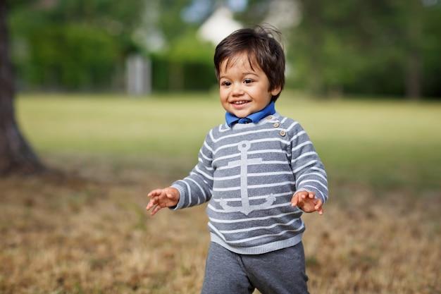 Little eastern beau bébé garçon jouant en plein air dans le parc