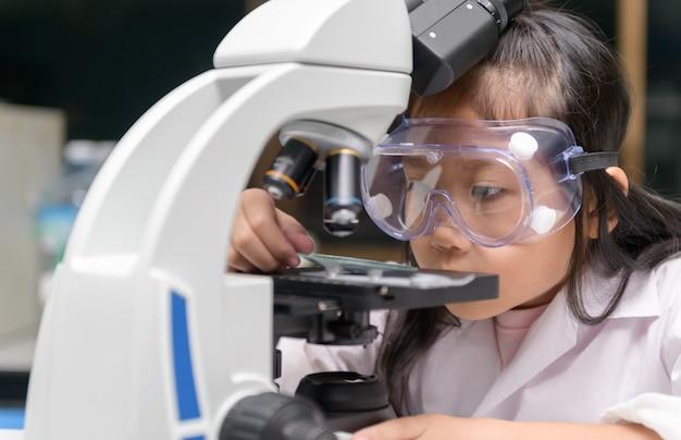 Little scientist travaille sur des expériences scientifiques