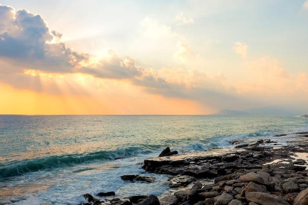 Littoral de la mer méditerranée sous le soleil de mahmutlar au coucher du soleil, turquie