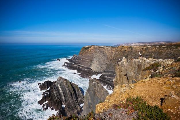 Littoral de l'océan ouest du portugal. falaise et surf. prise de vue vignettée