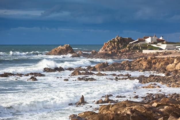 Littoral de l'océan ouest du portugal près de porto. prise de vue horizontale