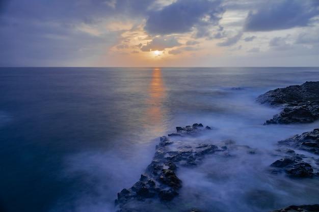 Littoral de roches volcaniques de mesa del mar, tacoronte, tenerife, îles canaries, espagne