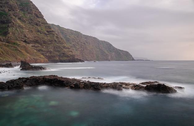 Littoral de roches volcaniques de mesa del mar