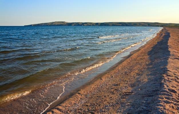 Littoral de sable de la mer d'été (mer d'azov, crimée, ukraine)