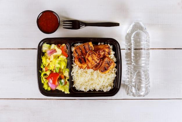 Livraison d'aliments sains ou déjeuner à emporter dans un plateau