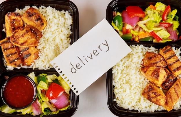 Livraison d'aliments sains ou déjeuner à emporter dans un récipient.