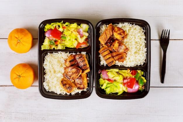 Livraison d'aliments sains ou déjeuner à emporter dans un récipient