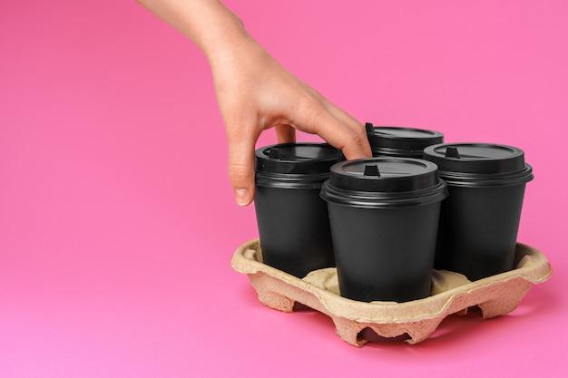 Livraison de café. main humaine tenant une tasse de café à emporter