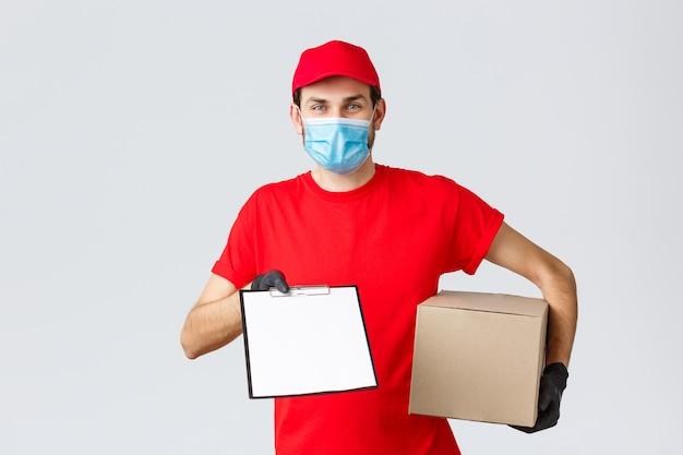 Livraison de colis et colis, livraison quarantaine covid-19, ordres de virement. courrier amical en uniforme rouge, masque facial et gants, tenant une boîte d'emballage et donnant le formulaire de commande de presse-papiers au client