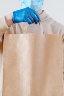 Livraison de coronavirus. concept de service de livraison sans contact.