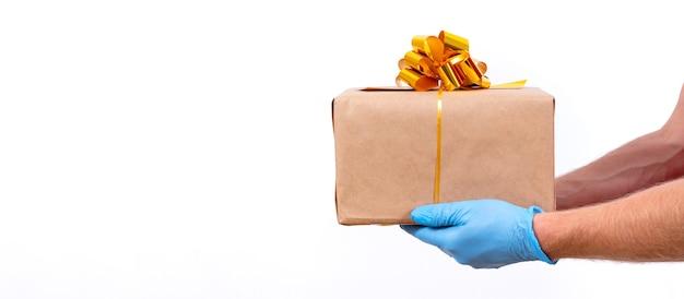 Livraison à distance sûre et sans contact de cadeaux de noël pendant la pandémie de coronavirus.