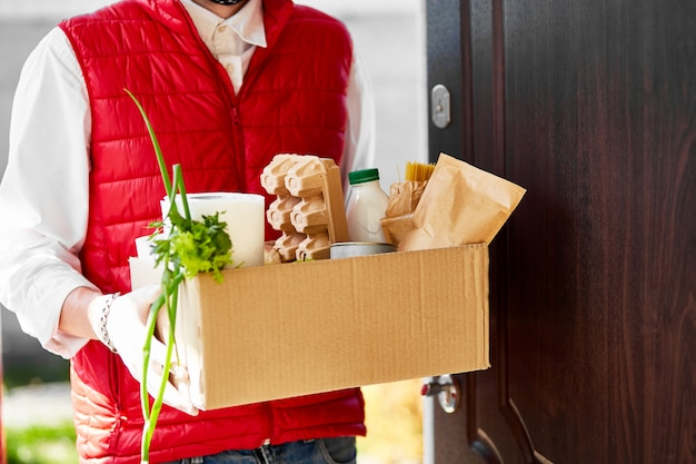 Livraison à domicile de nourriture pendant une épidémie de virus, une panique de coronavirus et des pandémies.