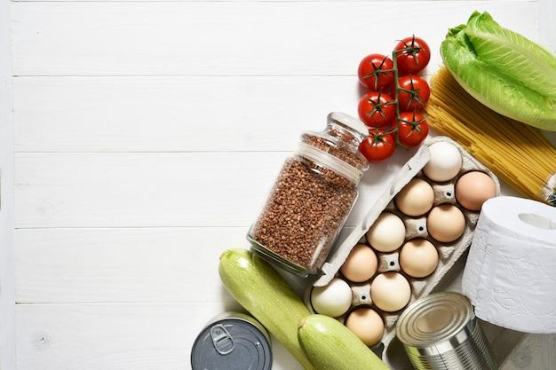 Livraison à domicile. plats principaux: beurre, pâtes, sarrasin, œufs, légumes verts.