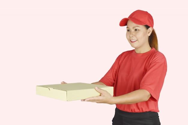 Livraison femme de livraison tenant une boîte d'emballage pour les services à la clientèle.