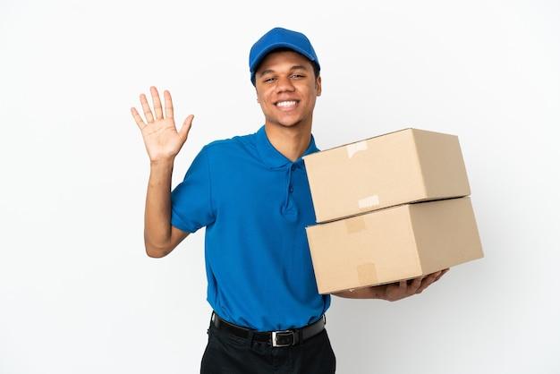 Livraison homme afro-américain isolé sur fond blanc saluant avec la main avec une expression heureuse