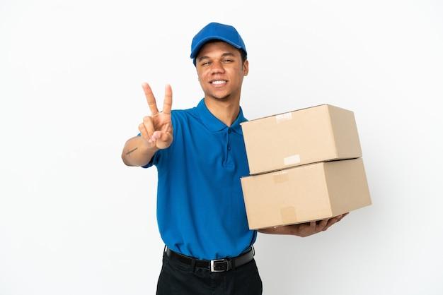 Livraison homme afro-américain isolé sur fond blanc souriant et montrant le signe de la victoire