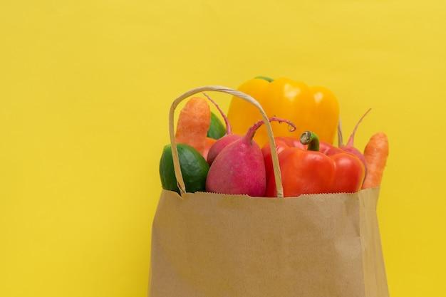 Livraison de légumes. paquet avec des légumes