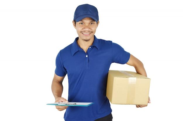 Livraison livraison jeune tenant la boîte et le presse-papiers.