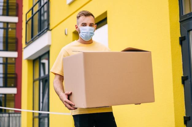 Livraison de marchandises et de colis aux clients portant un masque médical