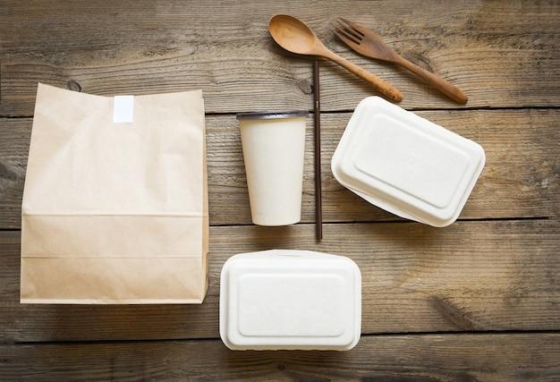 Livraison de nourriture dans des boîtes à emporter, gobelet en papier d'emballage alimentaire écologique jetable et nourriture en papier artisanal