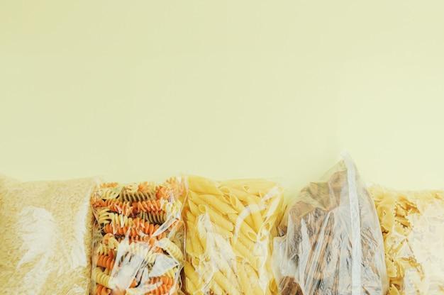 Livraison de nourriture, don ou concept de stock. vue de dessus, espace copie.