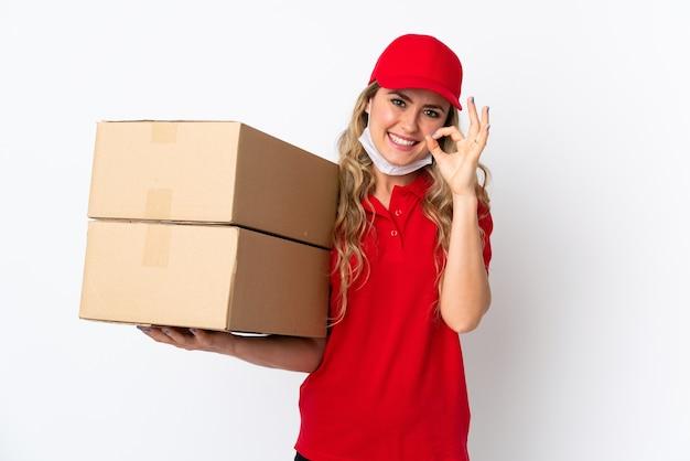 Livraison de nourriture femme brésilienne isolé sur blanc montrant signe ok avec les doigts