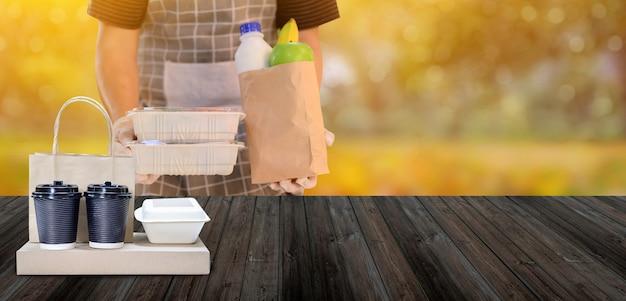 Livraison de nourriture lorsque vous restez à la maison. verrouillage et auto-quarantaine à la maison. distanciation sociale et restez à la maison en toute sécurité.