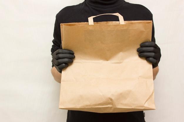 Livraison de nourriture. messager avec emballage alimentaire