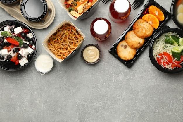 Livraison de nourriture. nourriture en boîte à emporter sur mur gris