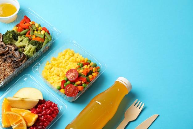 Livraison de nourriture. nourriture dans des boîtes à emporter sur fond bleu